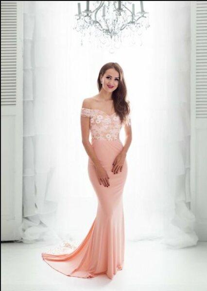 Bodenlanges Abendkleid mit Schleppe und einem Carmen-Ausschnitt HM2023